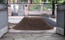 Đổ cát, đá bít cửa nhà dân