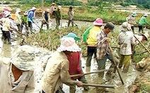 Thanh niên H'Rê giúp dân làm đồng