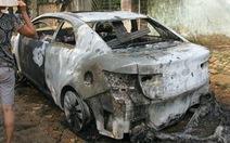Ôtô đang chạy cháy rụi