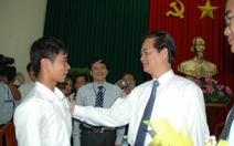 """Thủ tướng Nguyễn Tấn Dũng thăm """"chàng thủ khoa… giăng câu"""""""