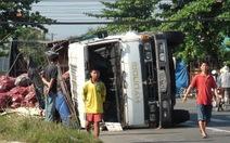 Xe tải lật nhào tại ngã tư cao tốc Trung Lương