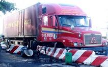 Container ủi gần 20m dải phân cách