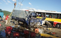 Xe tải đâm xe khách, 2 người chết