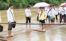 Tròng trành bè mảng qua sông đến trường