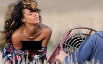 Rihanna bị xua đuổi vì bán khỏa thân trên đồng