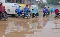 Video bạn đọc: Nhớp nháp đường Phạm Hùng, Hà Nội