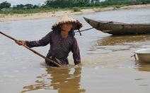 Người mò don già trên sông Trà