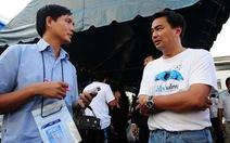 Người Thái cùng nắm tay nhau chống lũ