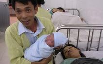 """Hai em bé chào đời vào """"giờ vàng"""" 8 số 1"""