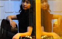 """Kim Chung """"xa xỉ"""" với guitar"""