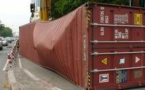 Thùng container văng giữa phố