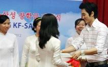 Song Seung Hun trao học bổng cho sinh viên
