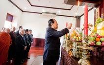 Dâng hương lên Chủ tịch Hồ Chí Minh