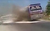 Video bạn đọc: Xe khách bốc cháy ở Vĩnh Long