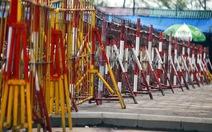 Hàng rào sắt quanh đền Trần trước giờ phát ấn