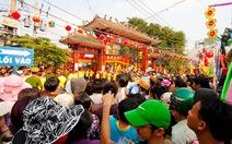 Hàng chục ngàn người chen lấn ở lễ hội chùa Bà