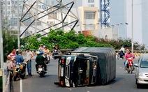 Lật xe trên cầu vượt Nguyễn Hữu Cảnh