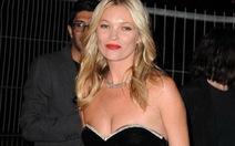 Kate Moss bị liệt cánh tay phải