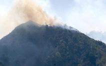 Nắng to, khó dập lửa cứu rừng Hoàng Liên