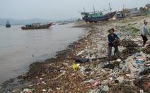 Một xã mỗi ngày xả xuống biển gần 5 tấn rác