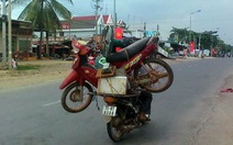 Xe máy chở xe máy
