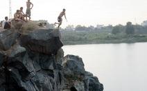 """Video bạn đọc: Tắm hồ Đá, mau về với """"hà bá"""""""
