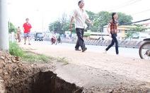 Đào hố sâu bên quốc lộ