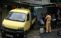 Lùi xe tải tông vào tiệm bán quần áo