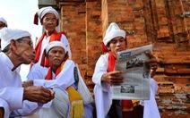 Theo chân Trần Thế Phong... đọc báo