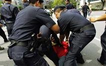 Malaysia truy tố cảnh sát đánh nhà báo
