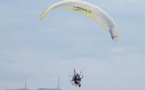 Trình diễn dù bay ở công viên Biển Đông