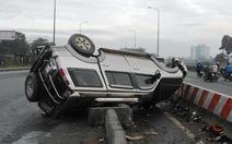 Ôtô mắc bẫy công trình, chỏng vó trên xa lộ