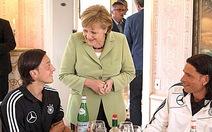 Thủ tướng Đức Angela Merkel động viên cầu thủ