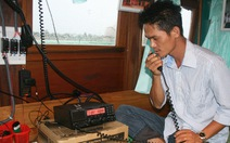 Tặng máy định vị vệ tinh cho tàu cá Hoàng Sa