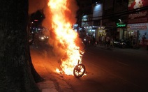 Xe máy cháy ngùn ngụt trên đường