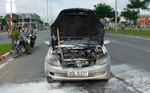 Ôtô Trung Quốc bốc cháy trên đại lộ