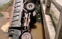 Xe chở cát lật nhào xuống sông