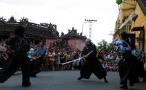 Trình diễn múa kiếm Samurai bên Chùa Cầu