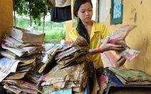 Khóc vì sách vở hư hại do lũ càn quét