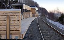 Độc đáo ga xe lửa bằng gỗ thông