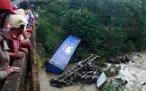 Xe container rơi cầu, 2 người bị thương nặng