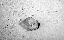"""""""Tò mò"""" nghiên cứu mẫu đá đầu tiên trên sao Hỏa"""