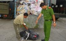 Bắt quả tang xe đổ trộm rác công nghiệp tại mỏ đá