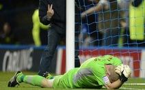 Cổ động viên vào sân đánh cựu thủ môn tuyển Anh
