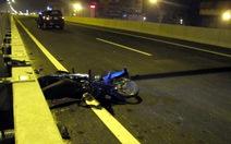 Xe máy chạy vào đường trên cao gây tai nạn