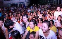 Sinh viên đội mưa hát cùng Nguyễn Văn Chung