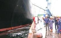 Dầu tràn ra cảng Dung Quất