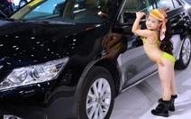 Người mẫu nhí tạo dáng bên xe hơi gây sốc