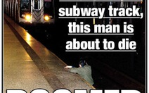 Bình thản chụp ảnh người bị tàu điện tông?