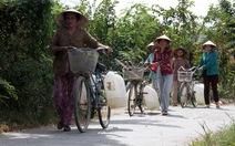 Dân phải mua từng can nước giá cao